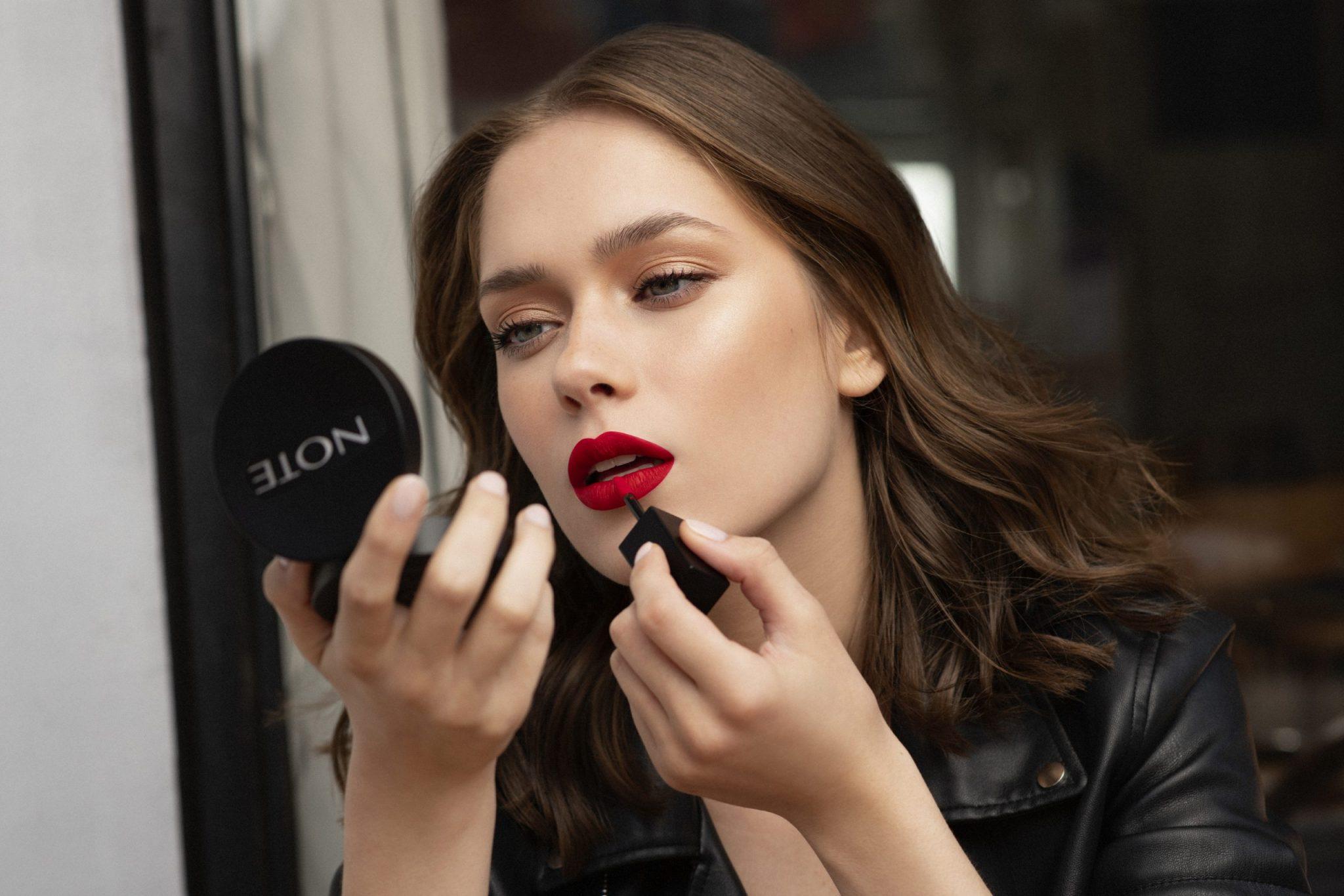 Note cosmétique cosmetics Ilona model Note Lip ink Red